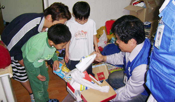 Supplying Goods to Children - An everyday Santa Claus—providing goods and scholarships to students of Bukdong Elementary School 1